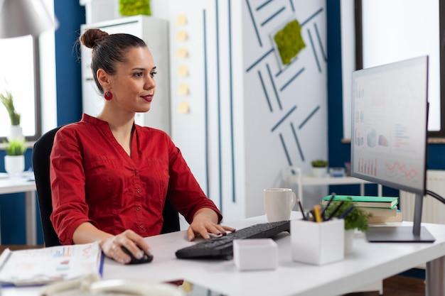 Vrouwelijke ondernemer werkt aan financiële expertise