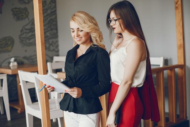 Vrouwelijke ondernemers in een caffe