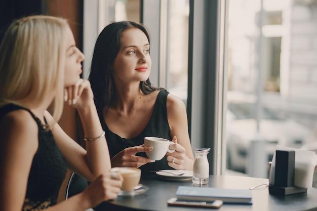 Vrouwelijke ondernemers in restaurant