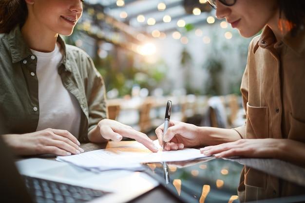 Vrouwelijke ondernemers in vergadering