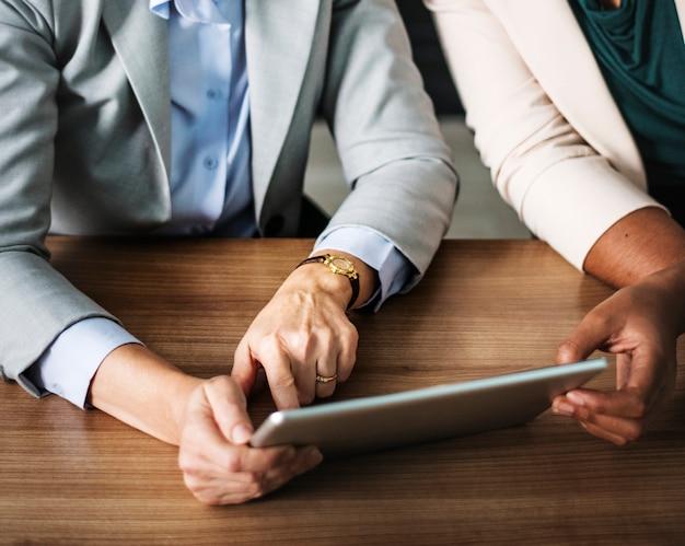 Vrouwelijke ondernemers met behulp van een digitale tablet