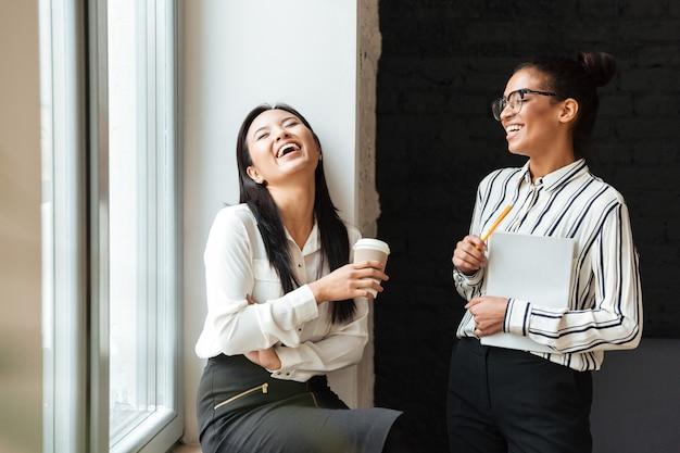 Vrouwelijke ondernemerscollega's die met elkaar spreken