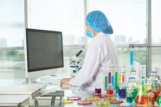 Vrouwelijke onderzoeker bij modern lab