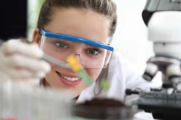 Vrouwelijke onderzoeker met bril doet bodemonderzoek