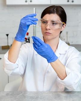 Vrouwelijke onderzoeker met reageerbuis