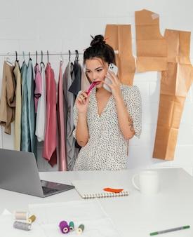 Vrouwelijke ontwerper die in haar atelier werkt