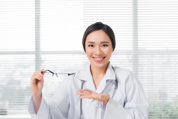 Vrouwelijke oogarts die een bril geeft