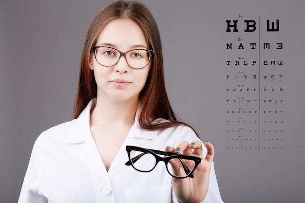 Vrouwelijke oogarts werken