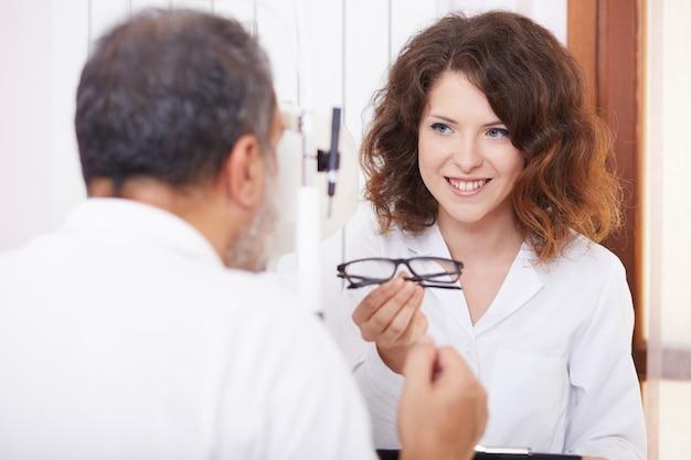 Vrouwelijke oogarts werkt