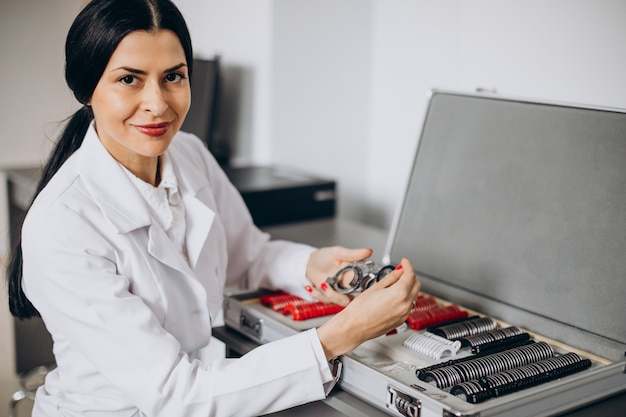 Vrouwelijke opticien werkzaam bij oogheelkunde cemngter