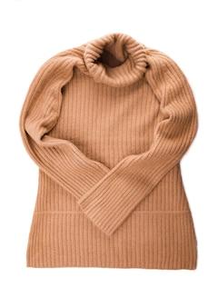 Vrouwelijke oranje gebreide trui op witte achtergrond bovenaanzicht plat lag.