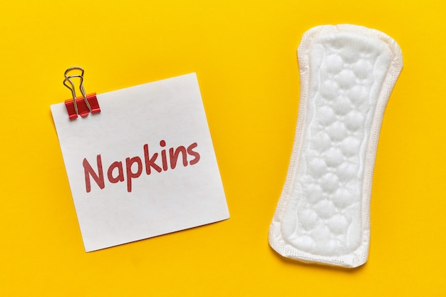 Vrouwelijke pad met sticker en inscriptie servetten op geel
