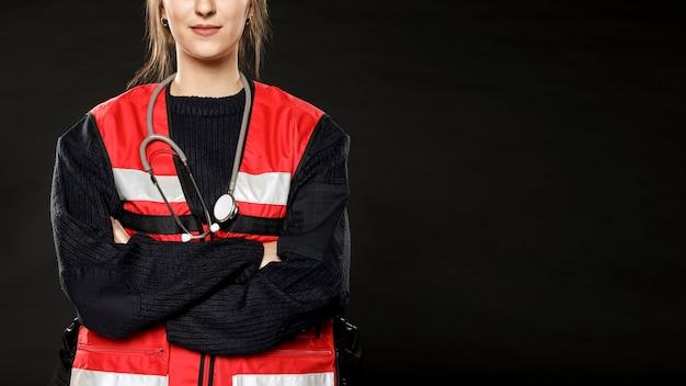 Vrouwelijke paramedicus met gekruiste arm