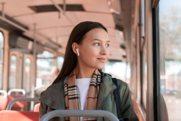 Vrouwelijke passagier die buiten het raam van een tram kijkt