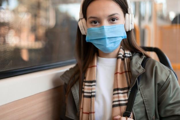 Vrouwelijke passagier die medisch masker draagt