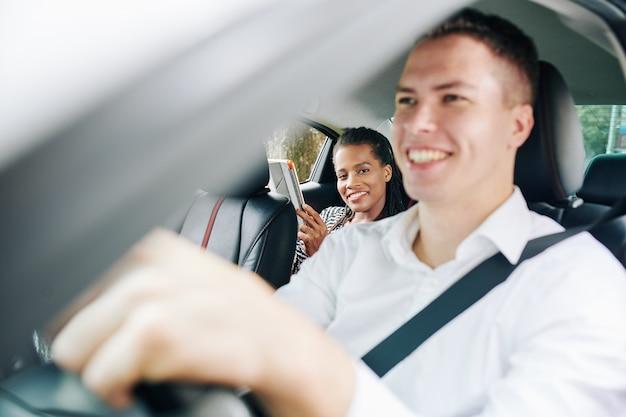 Vrouwelijke passagier in een taxi