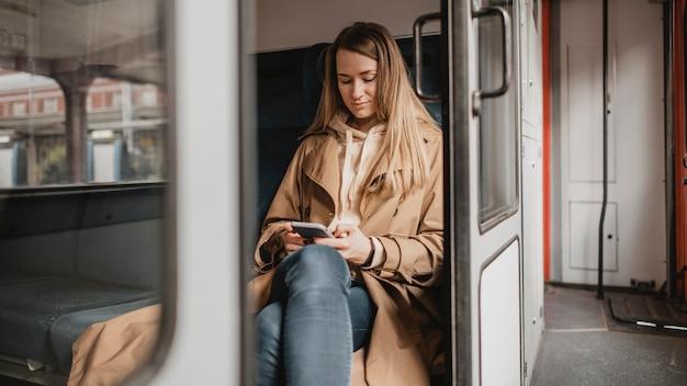 Vrouwelijke passagier zit alleen in een trein