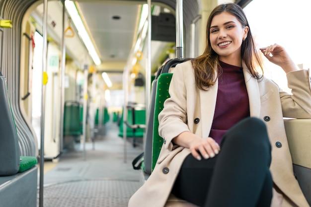 Vrouwelijke passagier zit in het openbaar vervoer