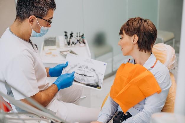 Vrouwelijke patiënt bezoekende tandarts vijand tanden hygiëne