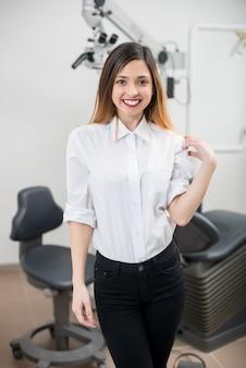 Vrouwelijke patiënt bij tandheelkundige kliniek