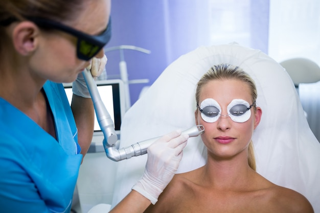 Vrouwelijke patiënt die de opheffende procedure van rf krijgt