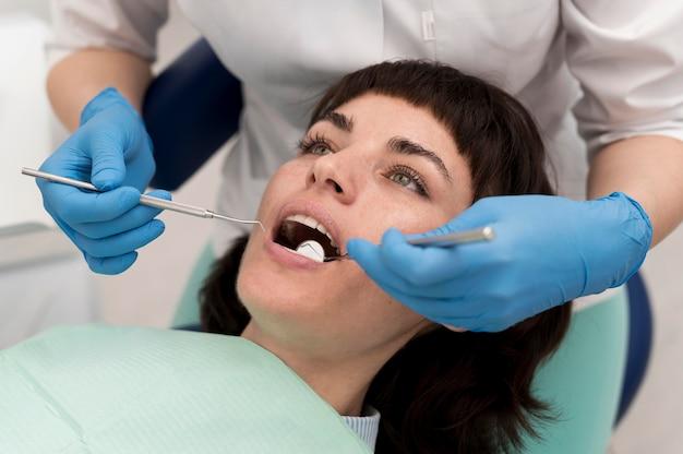 Vrouwelijke patiënt die een procedure bij de tandarts heeft gedaan