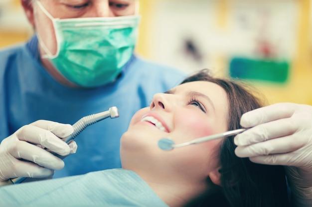 Vrouwelijke patiënt die een tandbehandeling heeft
