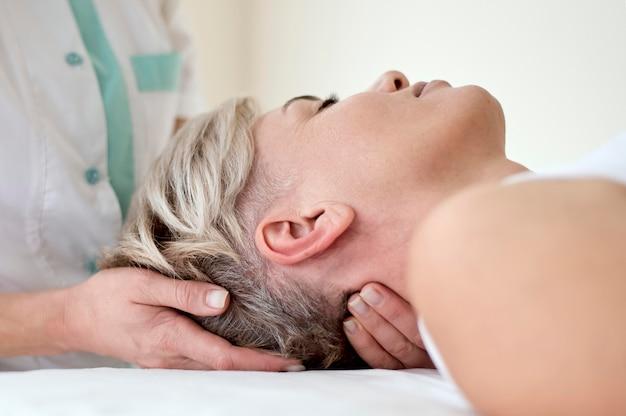 Vrouwelijke patiënt die fysiotherapie ondergaat
