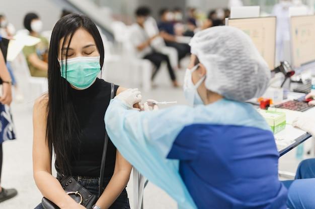 Vrouwelijke patiënt die injectie van coronavirusvaccin krijgt