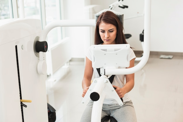 Vrouwelijke patiënt die medische machine met behulp van