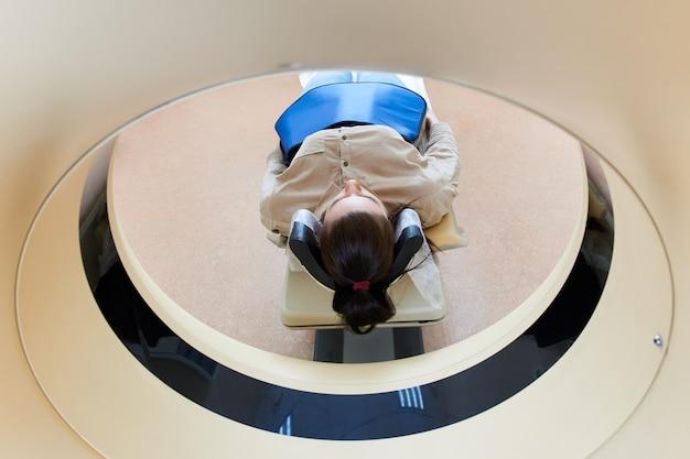 Vrouwelijke patiënt die mri ondergaat - magnetische resonantiebeeldvorming in het ziekenhuis. medische apparatuur en gezondheid
