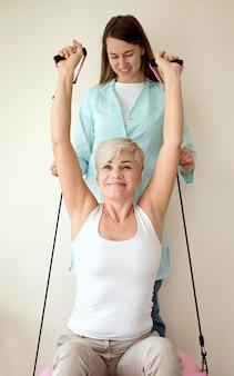 Vrouwelijke patiënt die therapie ondergaat met een fysiotherapeut