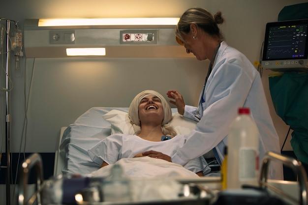 Vrouwelijke patiënt en arts praten over een leuk onderwerp
