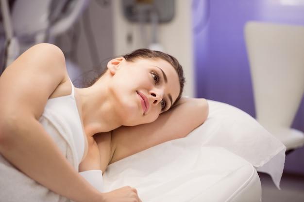 Vrouwelijke patiënt liggend op bed