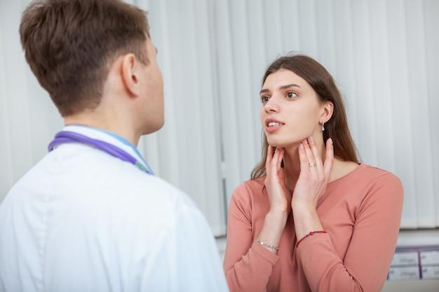 Vrouwelijke patiënt met seizoensgriep op medische afspraak in het ziekenhuis