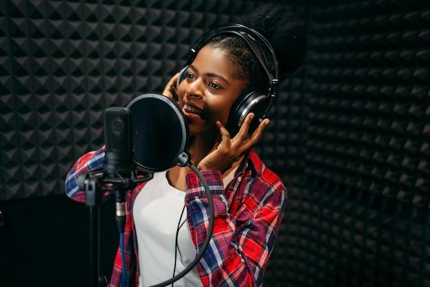 Vrouwelijke performer liedjes in audio-opnamestudio