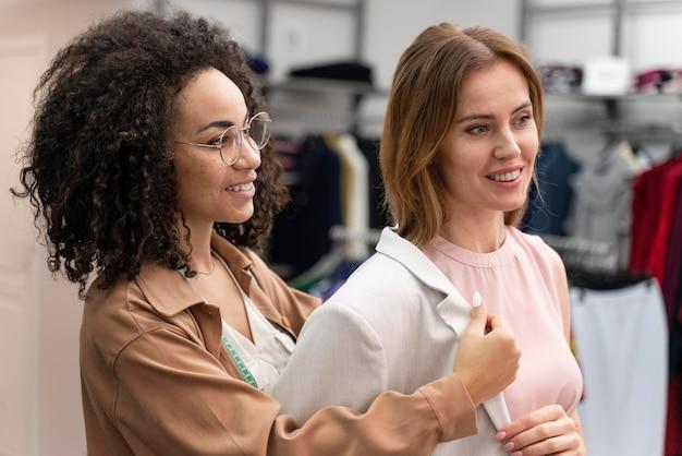 Vrouwelijke personal shopper die cutomer helpt