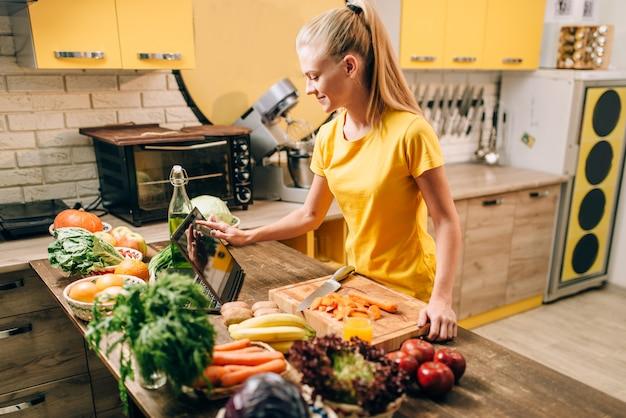 Vrouwelijke persoon koken op de keuken, gezonde voeding.