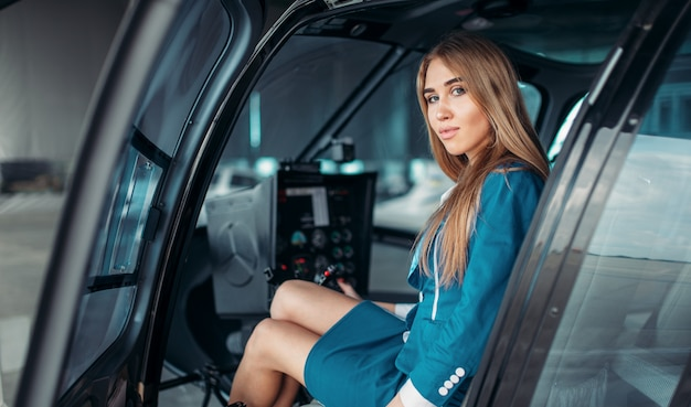 Vrouwelijke piloot in helikopter, uitzicht vanaf de voorruit