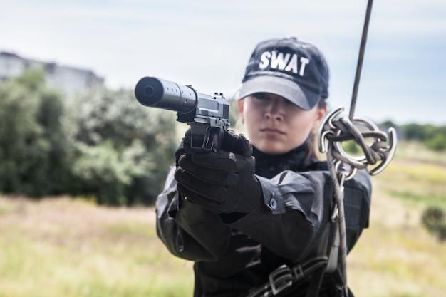 Vrouwelijke politieagent swat