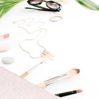 Vrouwelijke portemonnee, zonnebril en accessoires collage op wit