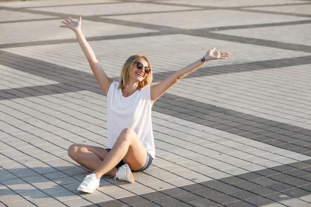 Vrouwelijke portet met een glimlach in de stad.