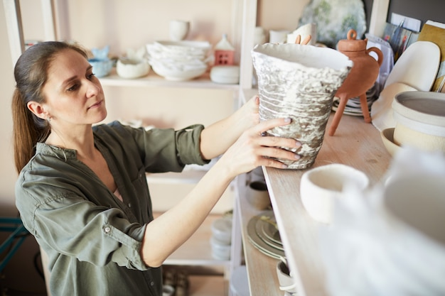 Vrouwelijke potter in opslagruimte