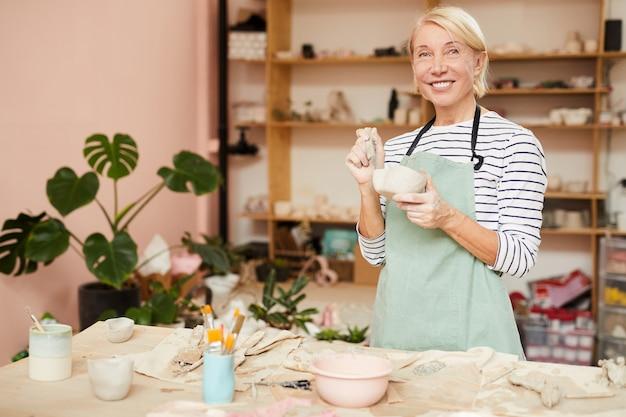 Vrouwelijke potter in workshop