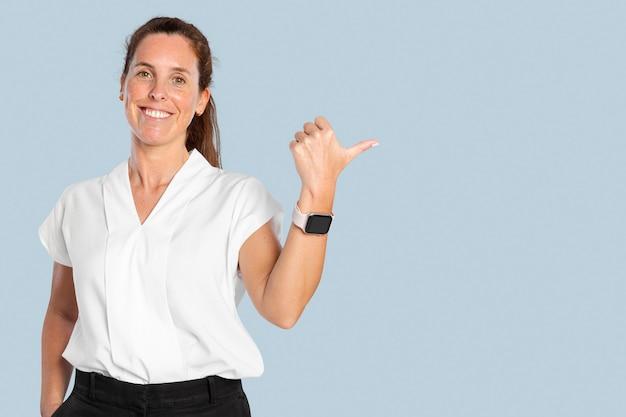 Vrouwelijke presentator wijst met haar duim naar de rechterkant