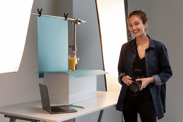 Vrouwelijke productfotograaf in studio