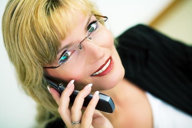 Vrouwelijke professional met telefoon
