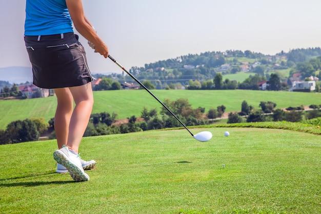 Vrouwelijke professionele golfer spelen op de golfbaan van zlati gric in slovenië