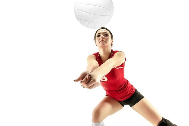 Vrouwelijke professionele volleyballer geïsoleerd op wit met bal. de atleet, oefening, actie, sport, gezonde levensstijl, training, fitnessconcept