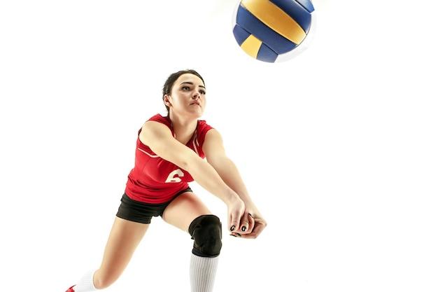 Vrouwelijke professionele volleyballspeler die op wit wordt geïsoleerd
